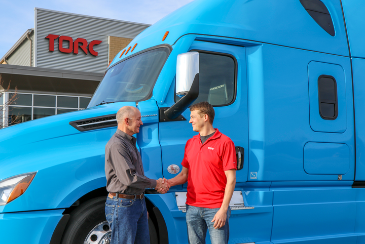 Michael Fleming, CEO of Torc and Roger Nielsen, CEO of Daimler Trucks North America shaking hands